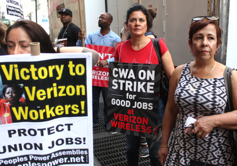 Striking workers during the 2016 Verizon walkoff.